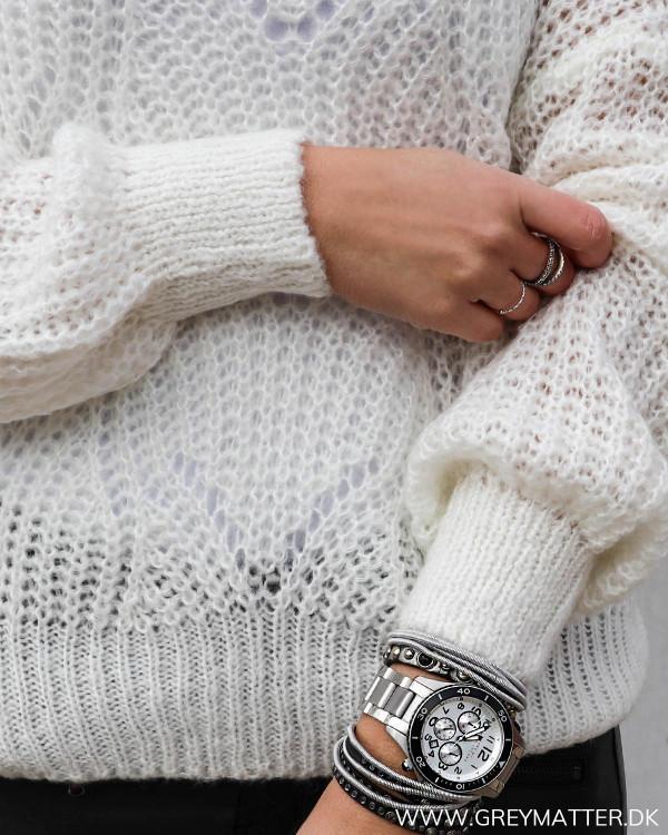 Detaljer på hvid trøje til damer