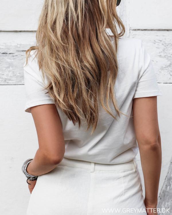 Hvid t-shirt med ørne print set bagfra