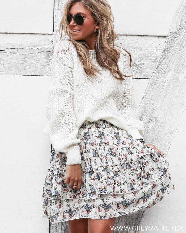 Nederdel med blomsterprint set i hel figur stylet med hvid bluse
