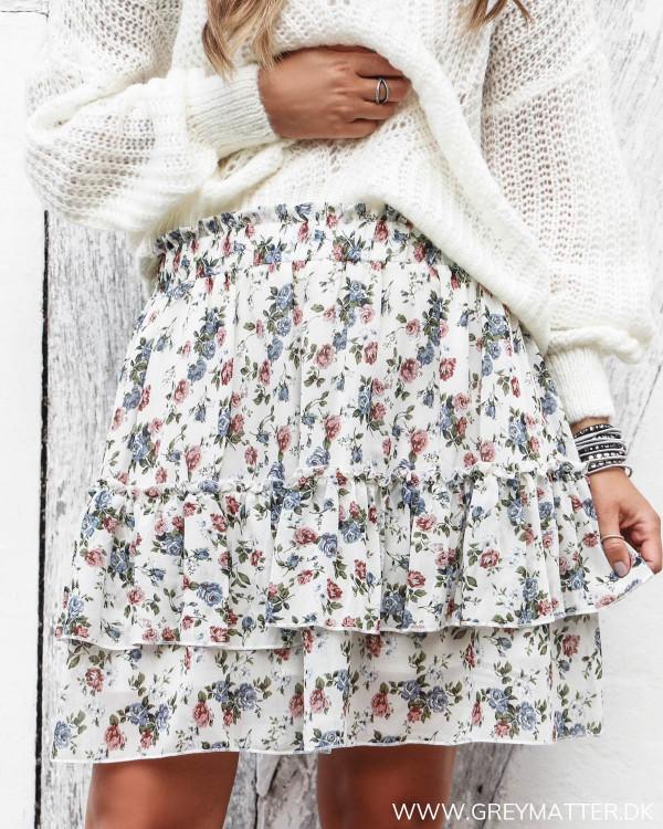Nederdel med blomsterprint set forfra