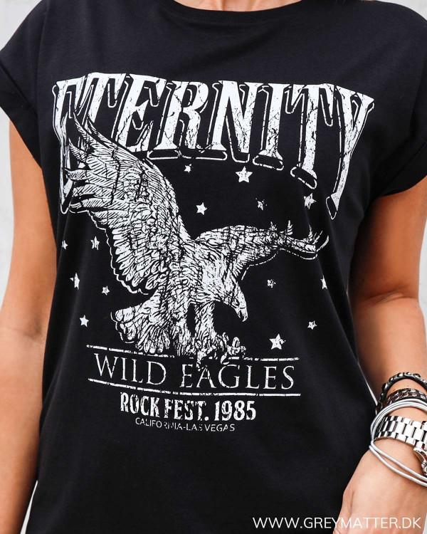 T-shirt i sort med ørne print fra Grey Matter Fashion