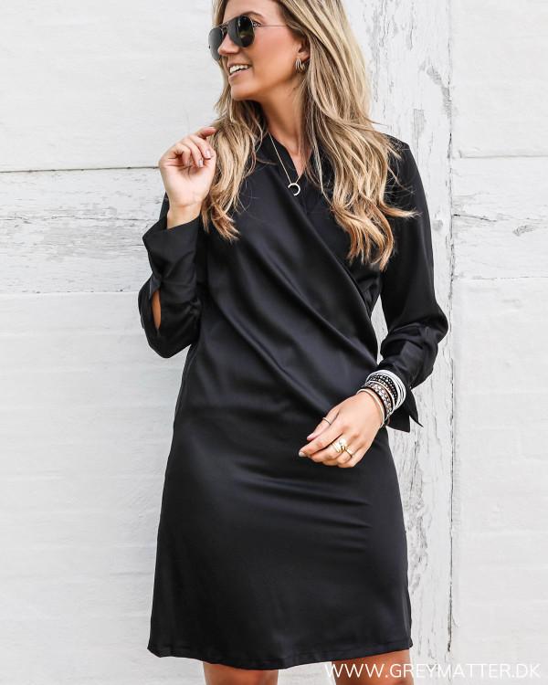 Karmamia Copenhagen sort kjole med smukke detaljer set forfra