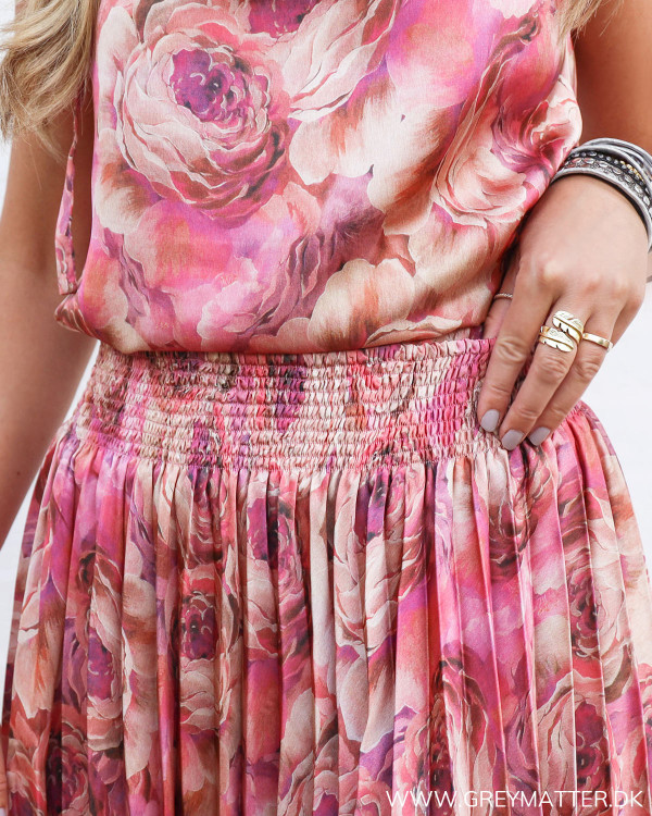 Karmamia nederdel med blomsterprint set tæt på