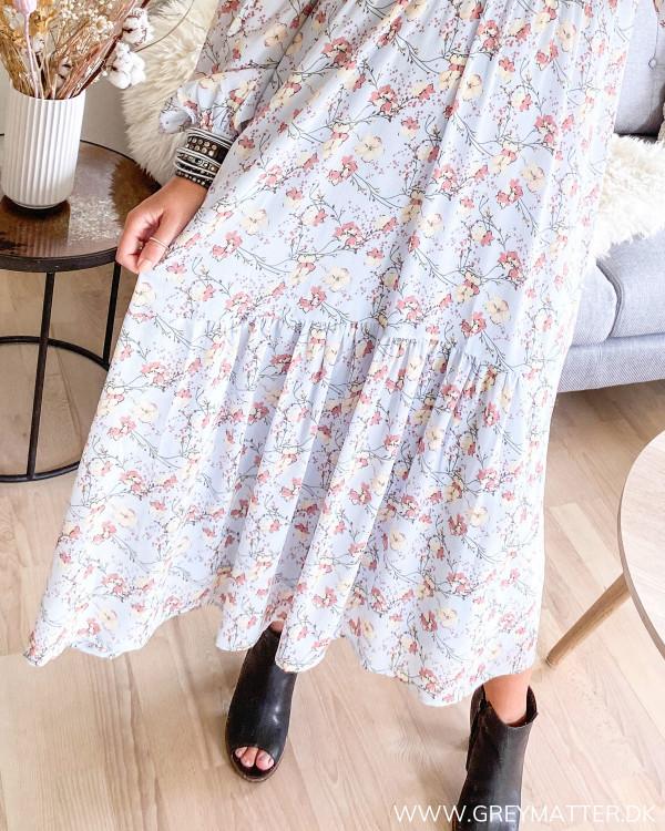 Neo Noir maxi kjole med fokus på det smukke blomster print