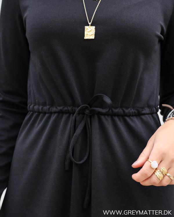 Sort kjole fra Vila med tie i taljen