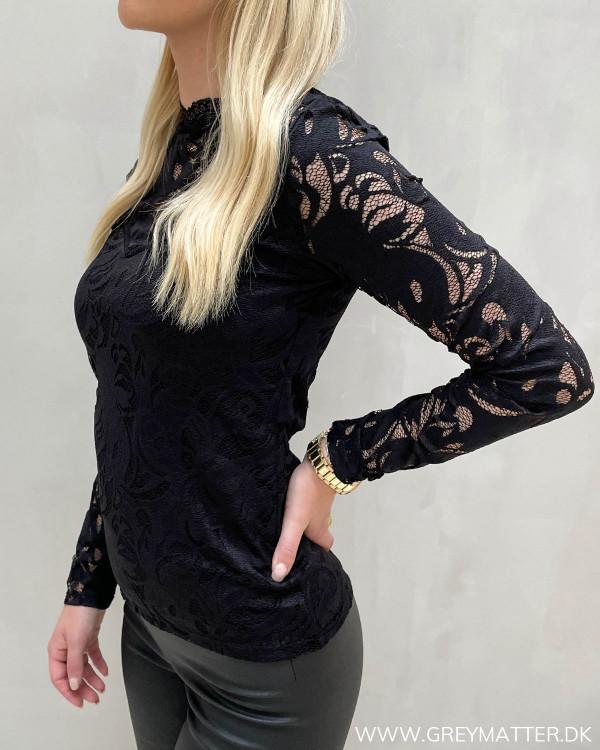 Fest bluse i sort blonde fra Vila til damer