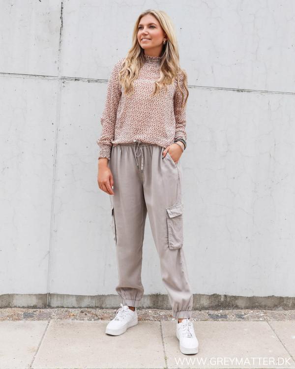 Cargo bukser fra Vila stylet med printet smuk bluse