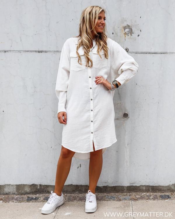 Hvid lang skjorte kjole fra Neo Noir Kendell