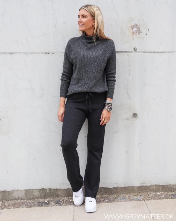 Strik bukser fra Vila i blød kvalitet til damer stylet med hvide Nike sneaks