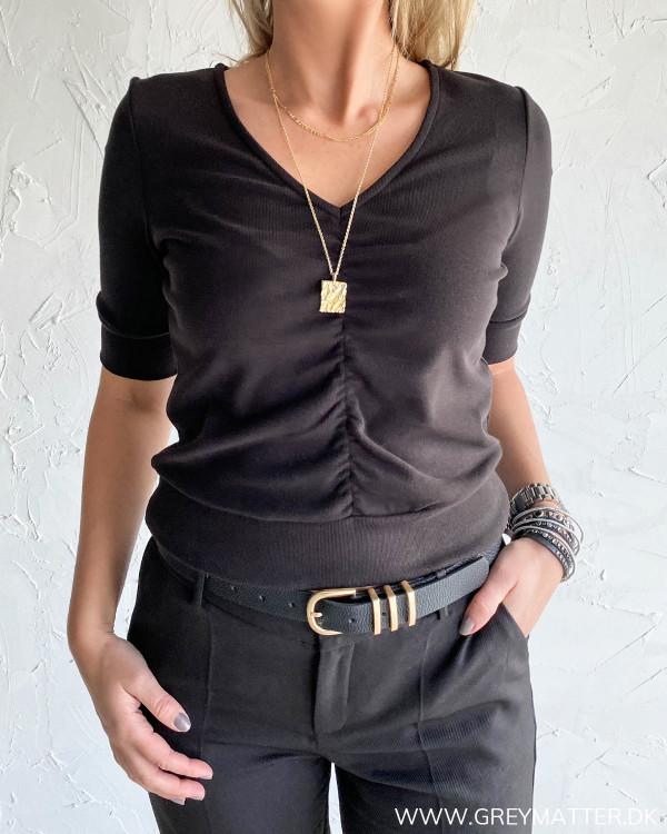 Sort Yas bluse med rynk foran i kort design