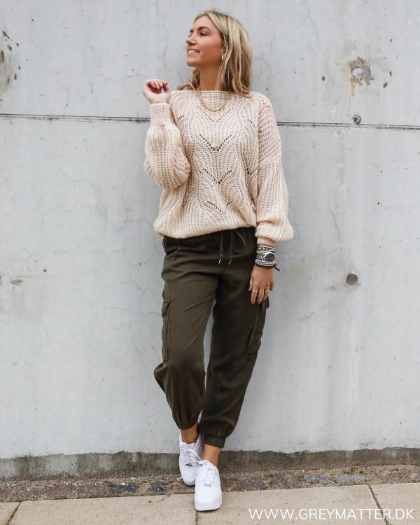 Cargo bukser til damer stylet med en let strik bluse og Nike Air Sage sneaks