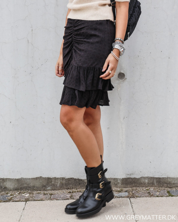 Nederdel i sort fra Neo Noir stylet med Abi strik og Apair støvler