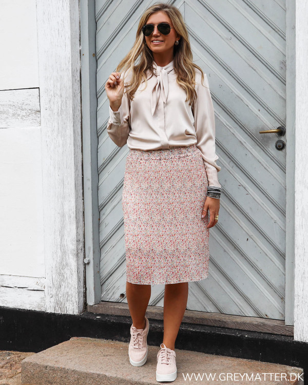 Plissé nederdel med blomsterprint stylet med lækker skjorte fra Karmamia