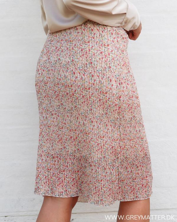 Plissé nederdel med blomsterprint set bagfra