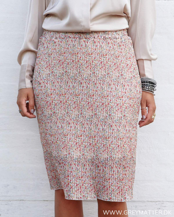 Plissé nederdel med blomsterprint set forfra