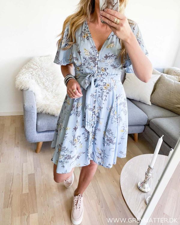 Blå kjole med bindebånd
