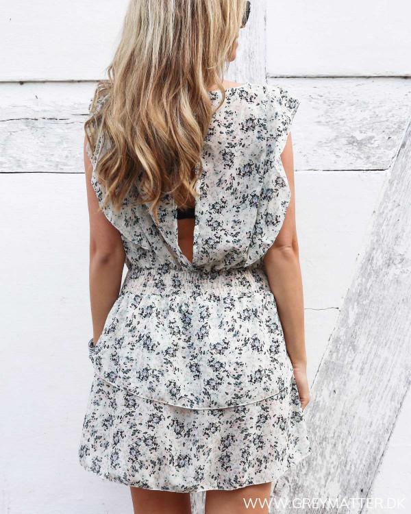 Kjole med dyb ryg set bagfra