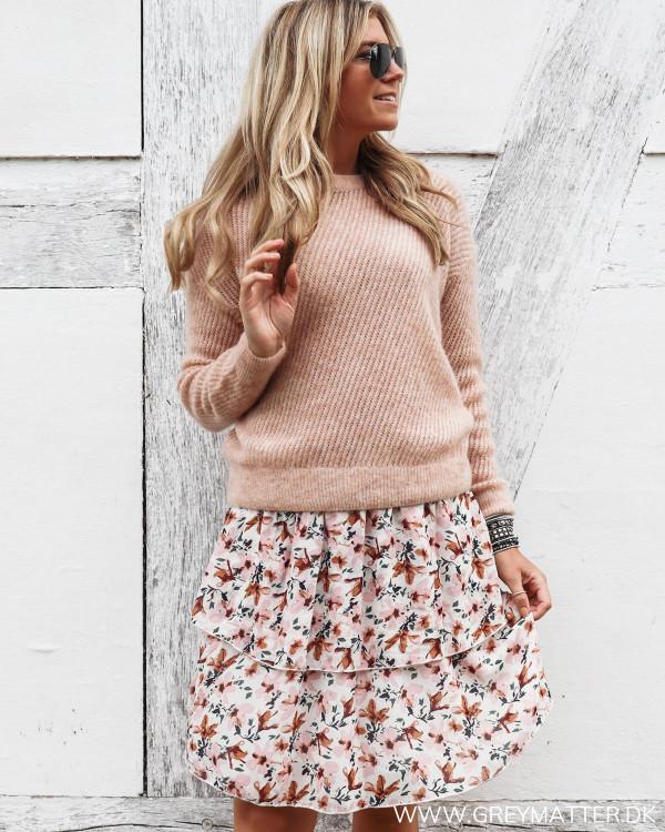 Nederdel stylet med lyserøde bluse