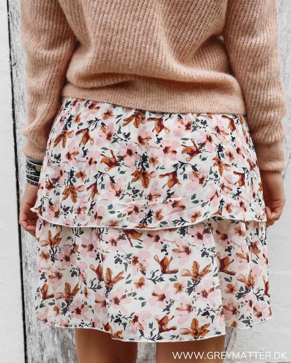 Nederdel med blomsterprint set bagfra