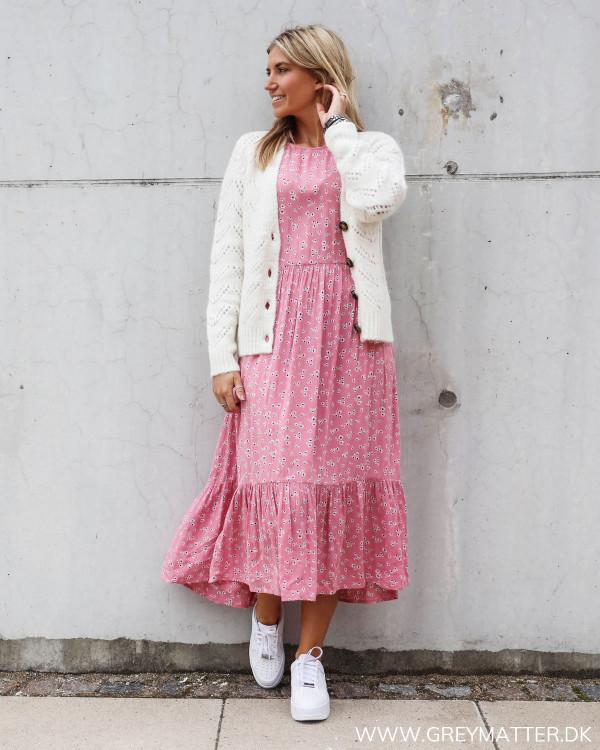 Pieces cardigan i hvid stylet med kjole fra Vila
