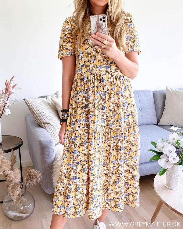 Kjole med gult print set forfra