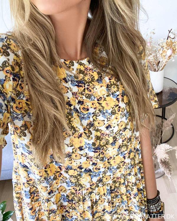 Midi kjole med print set forfra med fokus på halsudskæring