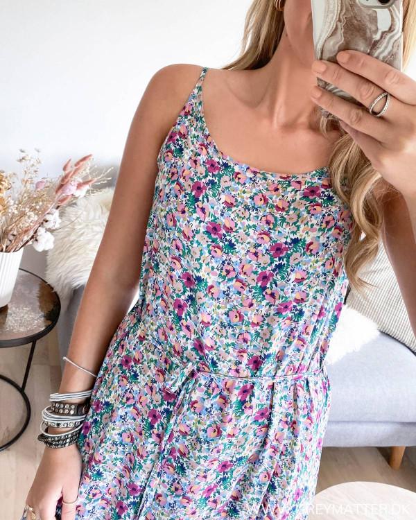 Strop kjole med print set tæt på
