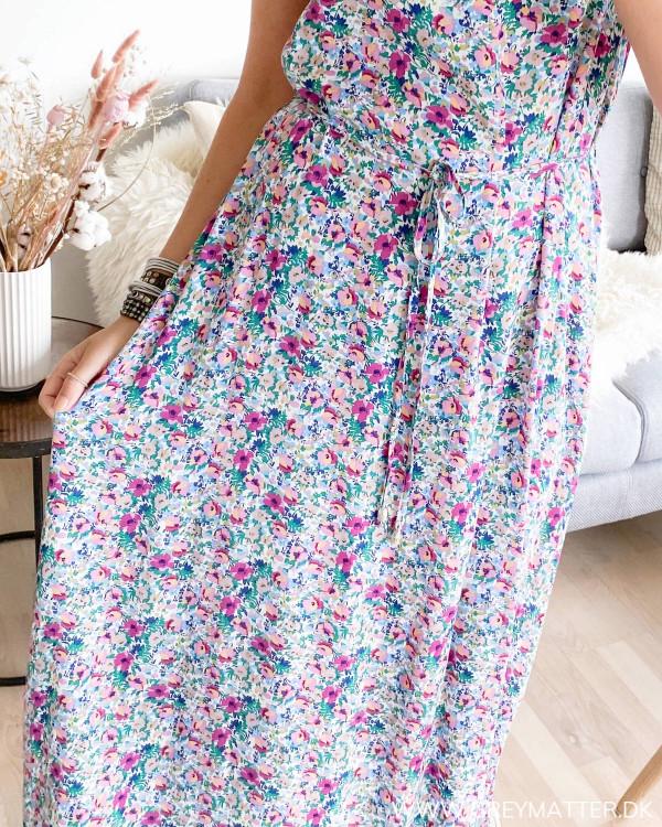Strop kjole zoomet ind på print