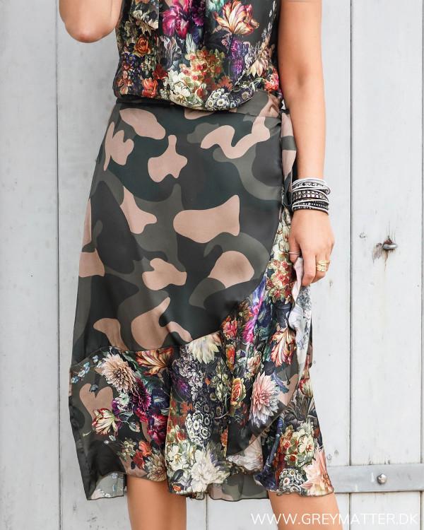 Karmamia nederdel med camouflage print og blomsterprint set forfra