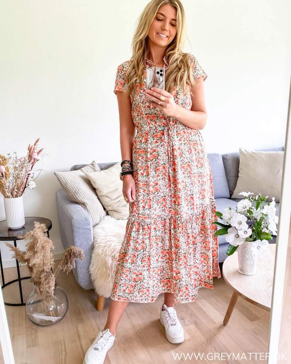 Kjole med print og kort ærme set forfra