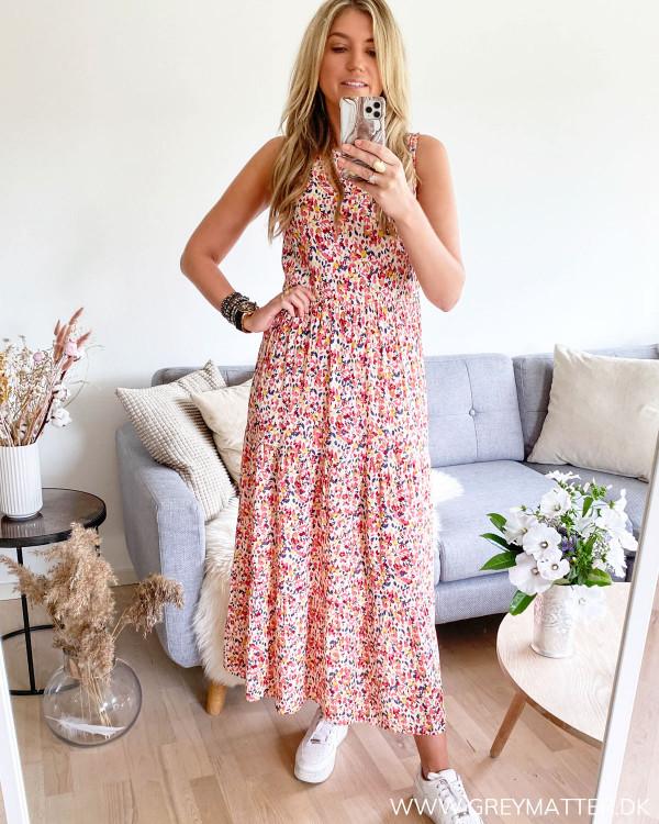 Pieces kjole med print set forfra stylet med hvide Nike sneaks