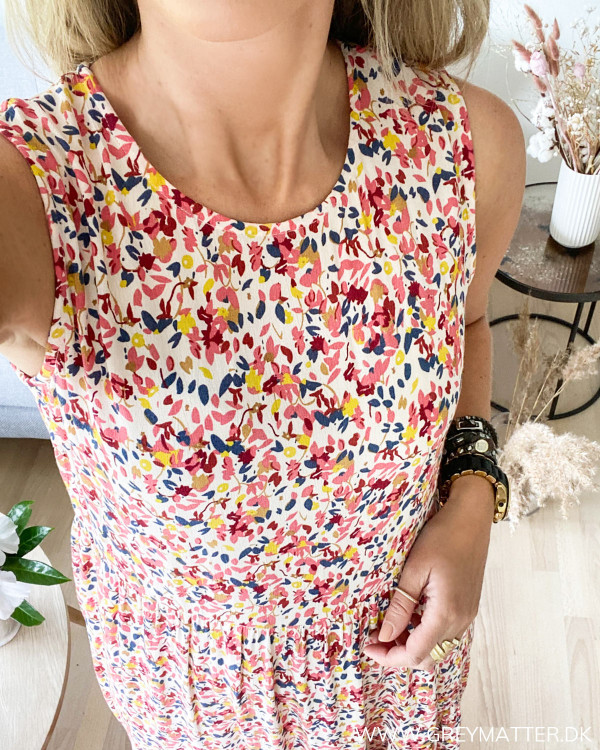 Pieces kjole med print set tæt på ved halsudskæring