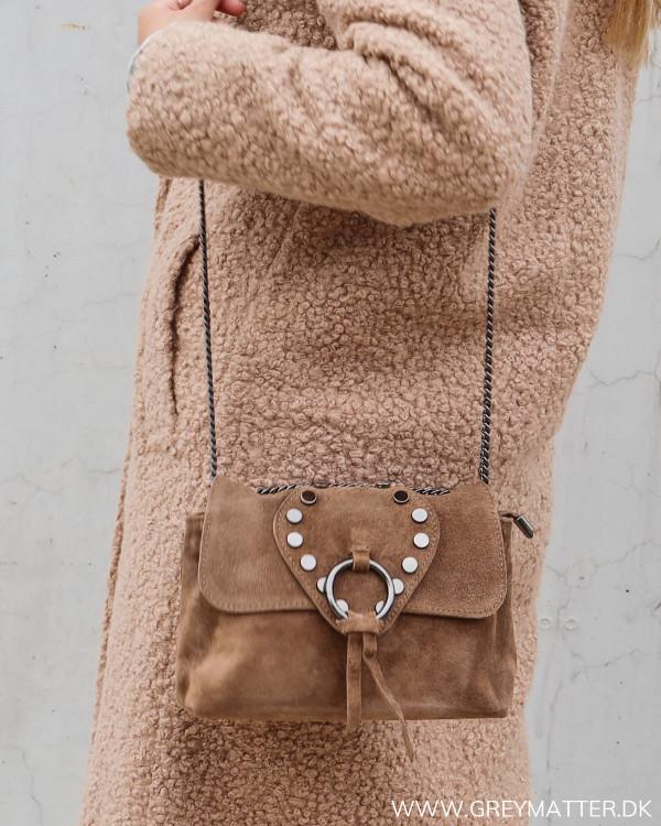 Tasker til damer med nitter og metal rem