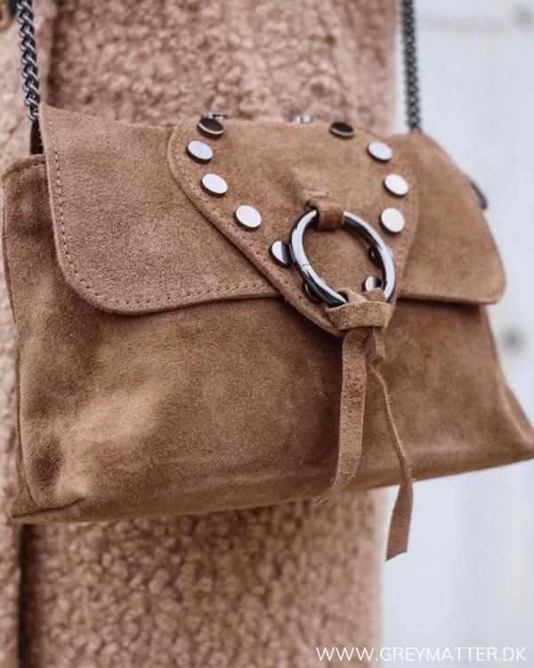 dame taske med nitter og metal rem