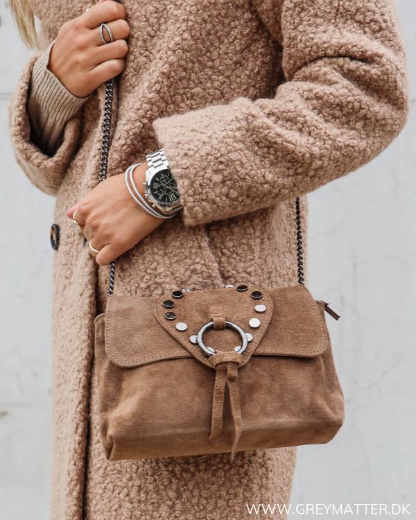 Taske med nitter brun