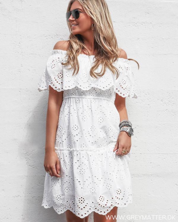 Off-shoulder kjole i hvid broderie fra Vila set forfra