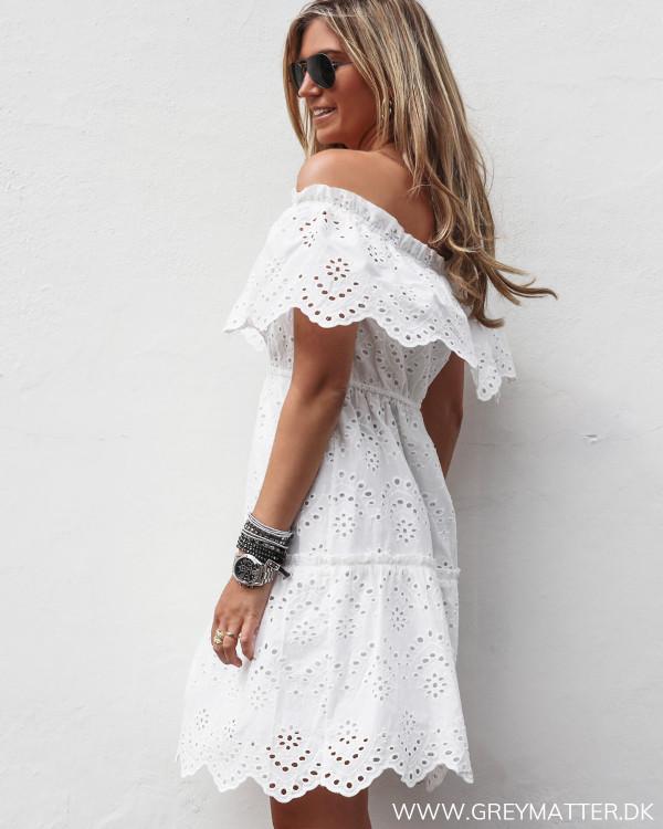 Off-shoulder kjole fra Vila set fra siden