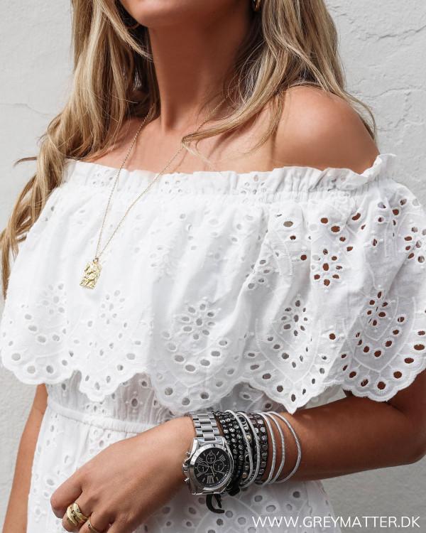 Off-shoulder kjole i hvid fra Vila set tæt på