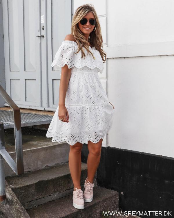 Off-shoulder kjole fra Vila stylet med lyserøde sneaks fra Nike