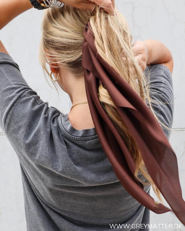 Flot hårelastik i brun farve fra Vila