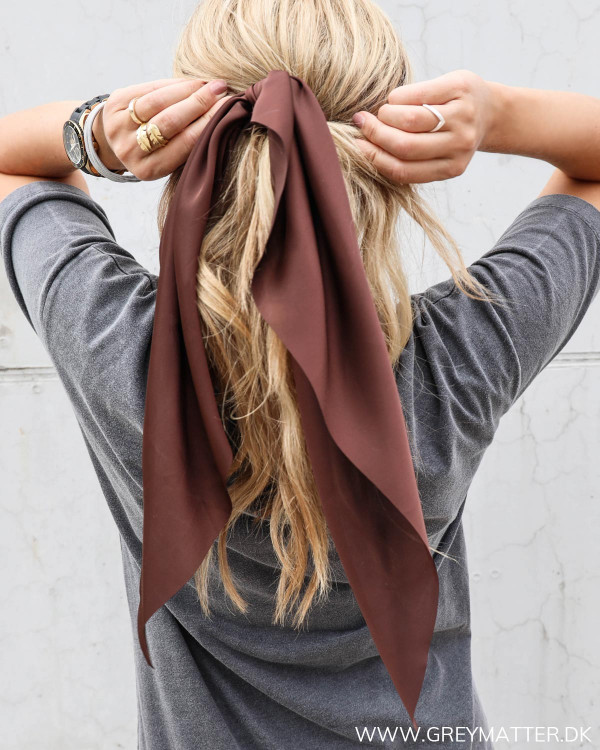 Viefh Cappuccino Scarf Scrunchie hårpynt fra Grey Matter