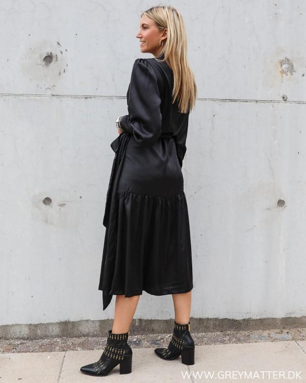 Klassisk sort kjole fra Karmamia stylet med Apair boots