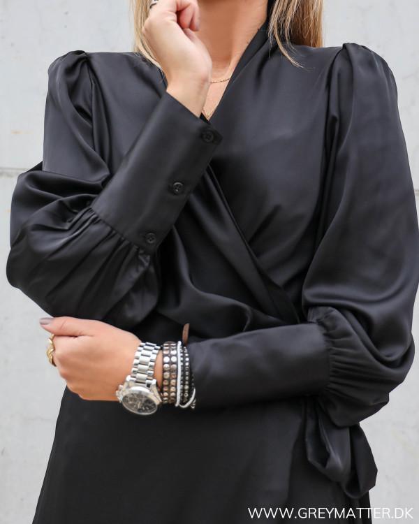 Sort kjole fra Karmamia med fokus på detaljer