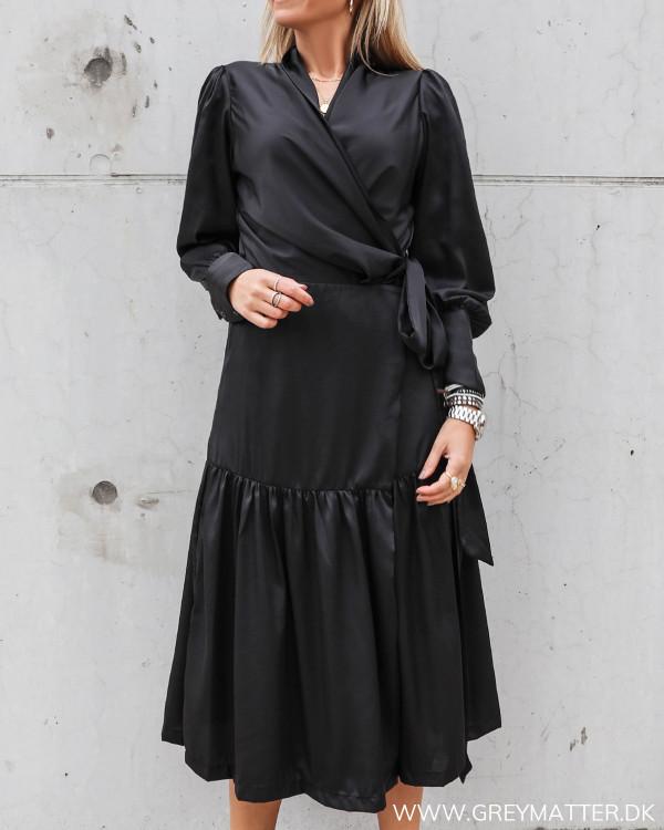 Sort Karmamia Cph. kjole i klassisk enkel stil