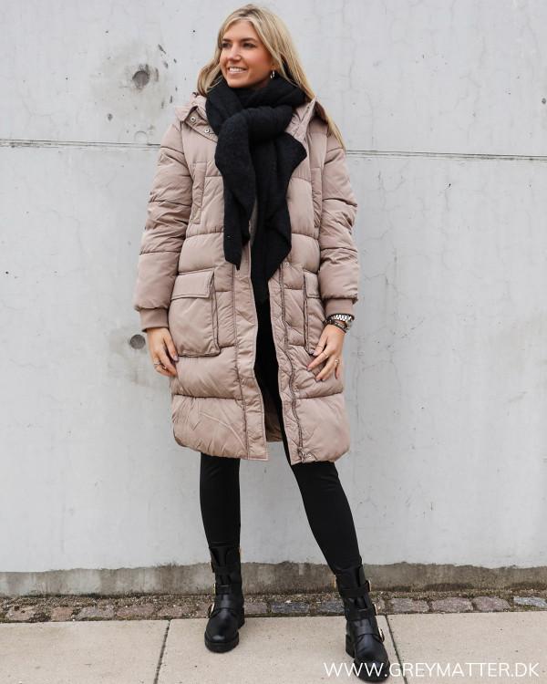 Lækkert tørklæde i sort til damer, stylet med vinterfrakke og bikerstøvler