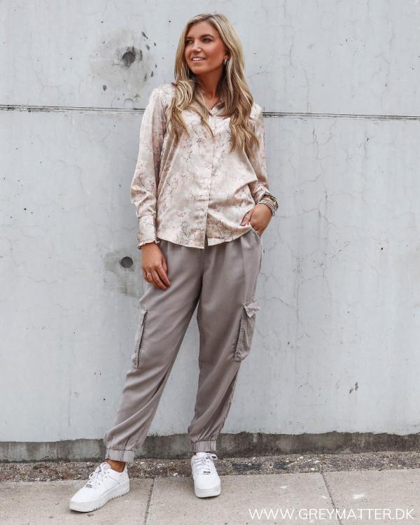 Karmamia skjorte stylet med loose-fit cargo bukser