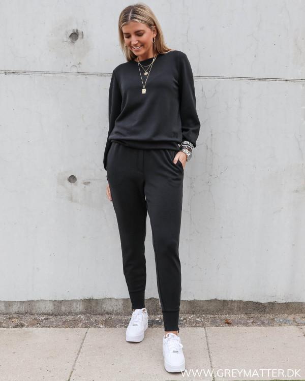 Lækkert sweat sæt fra My Essential Wardrobe stylet med hvide Nike sneaks til damer