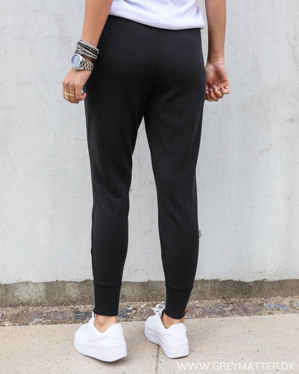 Sorte sweat pants fra my essential wardrobe set bagfra