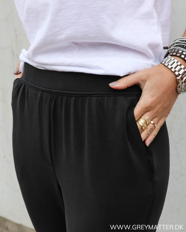 Sorte sweat pants med elastik i taljen fra MEW