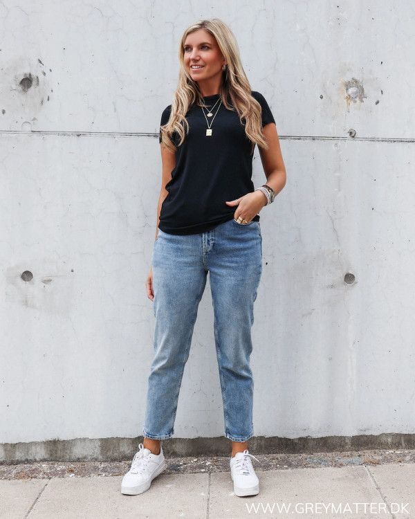 T-shirt fra My essential wardrobe stylet med Pieces jeans